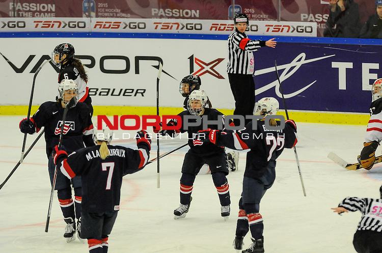 04.04.2015, Malm&ouml; Ishall, Malm&ouml; , SWE, IIHF Eishockey Frauen WM 2015, USA vs Canada (CAN), im Bild, Finale, Torjubel nach dem 2:0, Hilary KNIGHT (#21, USA), Monique LAMOUREUX (#7, USA), Kendall COYNE (#26, USA), Kacey BELLAMY (#22, USA)<br /> <br /> <br /> ***** Attention nur f&uuml;r redaktionelle Berichterstattung *****<br /> <br /> Foto &copy; nordphoto / Hafner