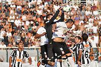 SÃO PAULO, SP, 02 SETEMBRO DE 2012 - CAMPEONATO BRASILEIRO - CORINTHIANS x ATLÉTICO MINEIRO: Goleiro Vitor (e) e Douglas (d) durante partida Corinthians x Atlético Mineiro,  válida pela 20ª rodada do Campeonato Brasileiro de 2012, em partida disputada no Estádio do Pacaembu em São Paulo. FOTO: LEVI BIANCO - BRAZIL PHOTO PRESS