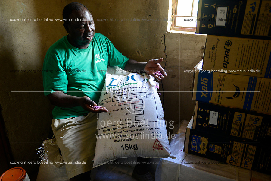 ZAMBIA, Mazabuka, Chikankata area, medium scale farmer Stephen Chinyama, contract cotton farmer for LDC Louis Dreyfuss Company, cotton seeds