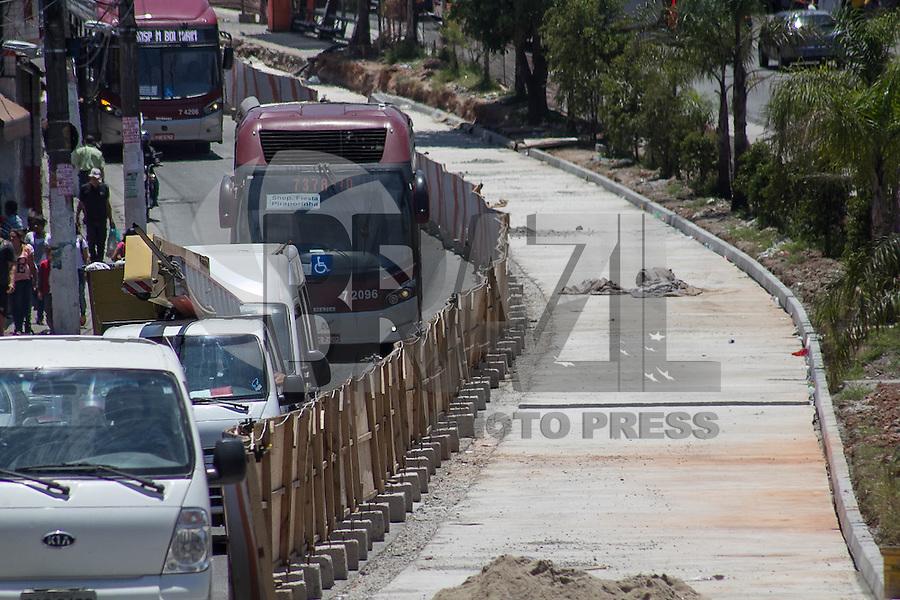 SAO PAULO, SP - 18.11.2014 - Corredores de ônibus - Vista do corredor de Ônibus na Est. do M Boi Mirim na tarde desta terça-feira (18) que estão em processo de obras para melhorias. A Prefeitura de São Paulo decidiu abrir 4 novas concorrências para a construção de novos corredores na capital como parte do Plano Municipal de Mobilidade Urbana, onde há previsão da entrega de 150 km de corredores até o ano de 2016.<br /> <br /> (Foto: Fabricio Bomjardim / Brazil Photo Press)