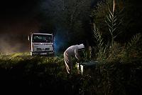 The transhumance of the hives, practiced by the professional beekeepers who transport their hives from one blossoming period to another, takes place at night.<br /> La transhumance des ruches pratiquée par les apiculteurs professionnels qui déplacent leurs ruches de floraison en floraison se déroule de nuit.
