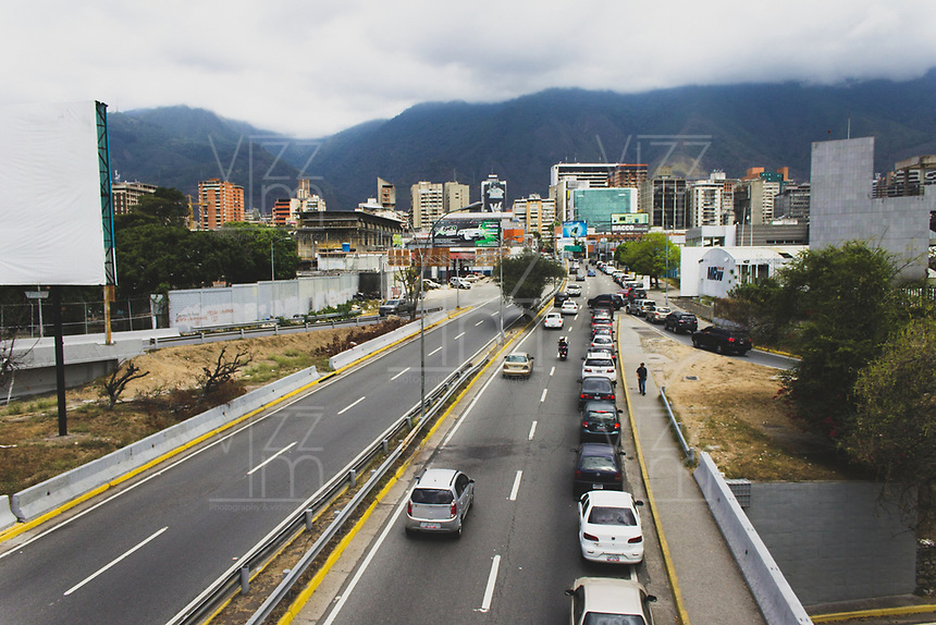 CARACAS - VENEZUELA, 11-03-2019:  Desde Petare hasta La Trinidad , se pueden observar grandes filas de ciudadanos que buscan abastecerse de agua, alimentos y gasolina. Hacen contraste con la creciente cantidad de personas hurgando en la basura tratando de encontrar algún alimento que les calme el hambre durante el 4° día de apagón que afectó Caracas y 22 estados de Venezuela debido a un fallo en Guri (Estado de Bolívar), una de las mayores represas de generación de energía eléctrica en América Latina, solo superada por la de Itaipú (entre Brasil y Paraguay). / From Petare to La Trinidad, you can see large ranks of citizens looking to stock up on water, food and gasoline. They contrast with the growing number of people rummaging around in the trash trying to find some food that will ease their hunger during the 4th day of electricity power outage that affected Caracas and 22 states of Venezuela due to a failure in Guri (State of Bolívar), one of the largest electric power generation dams in Latin America, second only to that of Itaipú ( between Brazil and Paraguay). Photo: VizzorImage / Carolain Caraballo / Cont