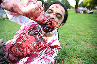 """PORTO ALEGRE, RS, 14.12.2013 - ZOMBIE WALK - Zombie Walk pelas ruas de Porto Alegre (RS), neste sábado (14). Em semelhança a serie americana """" The Walking Dead """" os populares fantasiados de mortos vivos, se concentram na Usina do Gasômetro de onde seguiram pelas ruas até a Redenção. (Foto: Pedro H. Tesch / Brazil Photo Press)."""