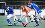 UTRECHT - Xavi Lleonart Blanco (Bldaal)  met Ties Ceulemans (Kampong) en rechts Quirijn Caspers (Kampong)  tijdens de hockey hoofdklasse competitiewedstrijd heren:  Kampong-Bloemendaal (3-3). COPYRIGHT KOEN SUYK