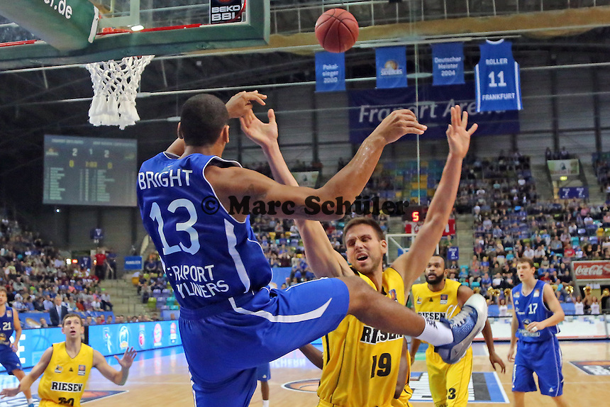 Querpass Kenny Bright (Skyliners) gegen Mario Stojic (Ludwigsburg) - Fraport Skyliners vs. MHP Riesen Ludwigsburg, Fraport Arena Frankfurt