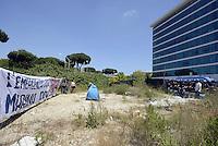 Roma, 29 Maggio 2015<br /> La polizia sgombera le famiglie che avevano occupato ieri il palazzo di vetro in  via Cristoforo Colombo dove ha sede il centro direzionale di confcommercio.<br /> <br /> Tendopoli nello spazio antistante il palazzo occupato presidiato dalla polizia