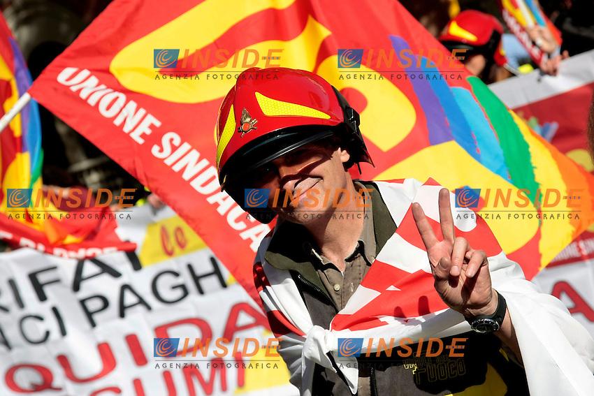 Vigili del fuoco<br /> Roma 18-10-2013 Manifestazione dei sindacati di base USB e COBAS in occasione dello sciopero nazionale dei lavoratori.<br /> Strike and demonstration of the Left Trade Unions<br /> Photo Samantha Zucchi Insidefoto