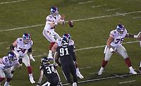 quarterback Eli Manning (10) of the New York Giants bekommt den Ball - 09.12.2019: Philadelphia Eagles vs. New York Giants, Monday Night Football, Lincoln Financial Field