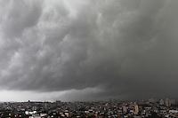 AO PAULO, SP. 17 DE JANEIRO 2012. CLIMA TEMPO. Ceu com nuvens escuras no Jabaquara, regiao sul de SP, na tarde desta terca-feira, 17. FOTO MILENE CARDOSO - NEWS FREE