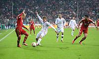 FUSSBALL  DFB POKAL       SAISON 2012/2013 FC Bayern Muenchen - 1 FC Kaiserslautern  31.10.2012 (v.li.) Arjen Robben (FC Bayern Muenchen) gegen Denis Linsmayer (1. FC Kaiserslautern) gegen Mimoun Azaouagh (1. FC Kaiserslautern) gegen Claudio Pizarro (FC Bayern Muenchen)
