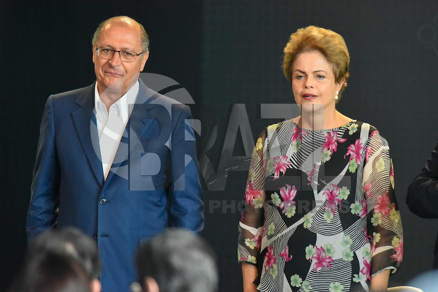 PIRACICABA,SP, 14.10.2015 - DILMA-SP. A presidente Dilma Rousseff acompanhado do governador de São Paulo Geraldo Alckmin durante a inauguração do complexo de laboratórios de biotecnologia do CTC ( Centro de Tecnologia Canavieira ), em Piracicaba (SP), nesta quarta-feira. (Foto: Mauricio Bento/ Brazil Photo Press)