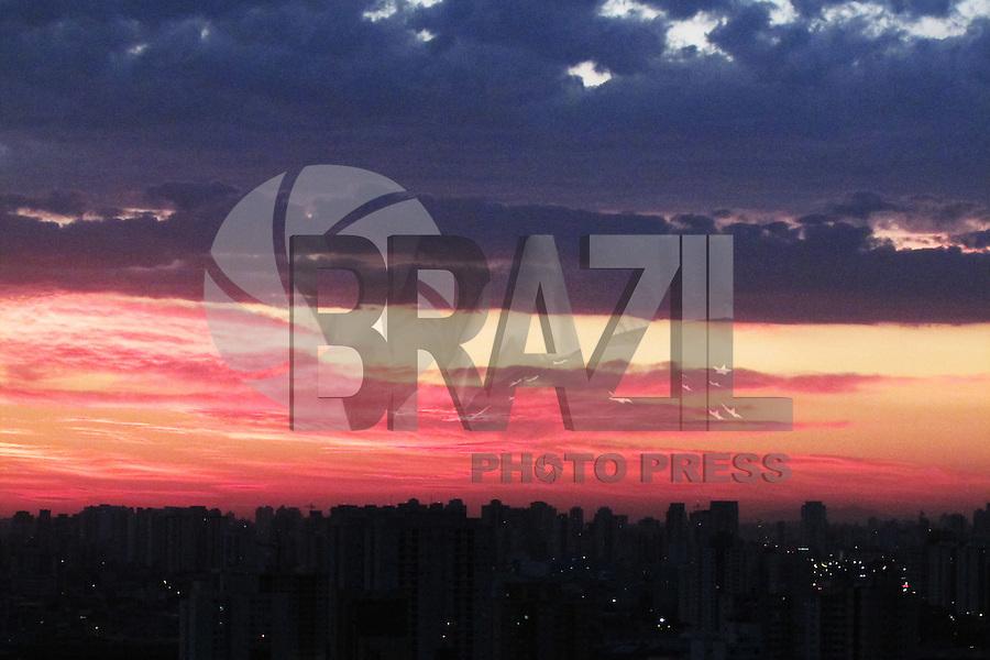 SÃO PAULO, SP, 16.07.2016 - CLIMA-SP - Amanhecer visto do centro da cidade de São Paulo neste sábado,16. (Foto: Adailton Damasceno/Brazil Photo Press)