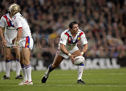 30 October 2004: Great Britain hooker TERRY NEWTON passes the ball during Game Three of the Gillette Tri-Nations Series between Australia and Great Britain, played at The City of Manchester Stadium, Manchester. Australia won the game 12-8 Photo: Glyn Kirk/Action Plus..041030 international rugby league player pass passing
