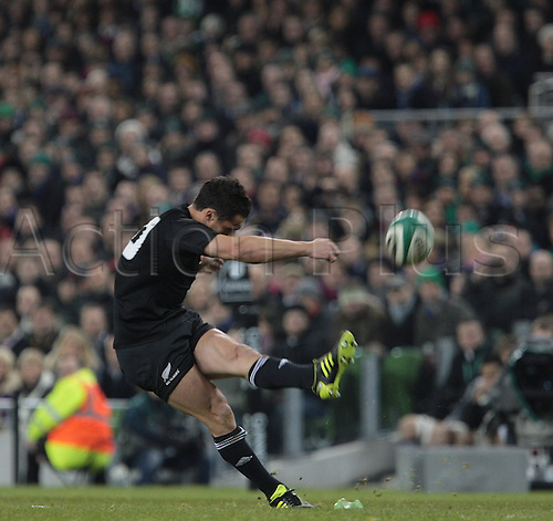 20.11.2010 International Rugby Union from Lansdowne Road Dublin. Ireland v New Zealand. Dan Carter (New Zealand) converts the penalty to score the first points of the game.