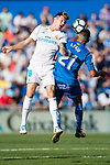 Toni Kroos of Real Madrid (L) fights for the ball with Faycal Fajr of Getafe CF (R) during the La Liga 2017-18 match between Getafe CF and Real Madrid at Coliseum Alfonso Perez on 14 October 2017 in Getafe, Spain. Photo by Diego Gonzalez / Power Sport Images