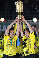 FUSSBALL      DFB POKAL FINALE       SAISON 2011/2012 Borussia Dortmund - FC Bayern Muenchen   12.05.2012 Ilkay Guendogan (Borussia Dortmund) und Shinji Kagawa (v.l., alle Borussia Dortmund) jubeln mit dem Pokal