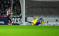 FUSSBALL   1. BUNDESLIGA   SAISON 2011/2012   23. SPIELTAG SV Werder Bremen - 1. FC Nuernberg                   25.02.2012 Alexander Esswein (li, 1 FC Nuernberg) erzielt gegen Torwart Tim Wiese (re, SV Werder Bremen) das Tor zum 0:1