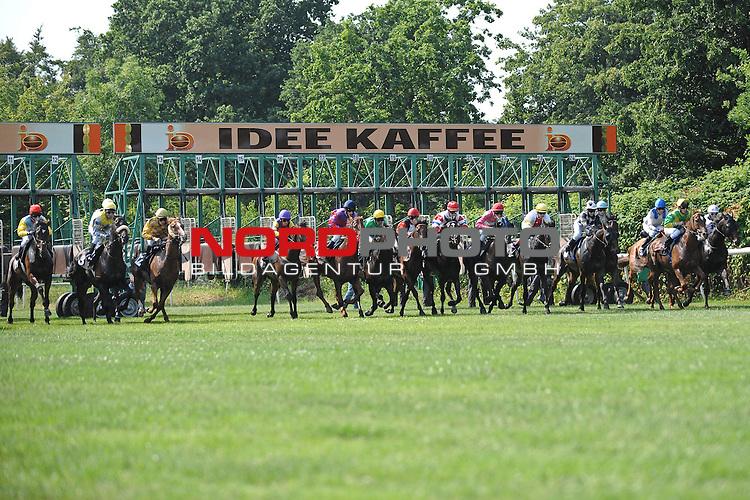 10.07.2010, Hamburg, GER, Reitsport, 141. IDEE Deutsches Derby, Preis der RAKO Etiketten, im Bild Start der Pferde aus der Startbox<br /> Foto &copy; nph / Witke *** Local Caption *** Fotos sind ohne vorherigen schriftliche Zustimmung ausschliesslich f&uuml;r redaktionelle Publikationszwecke zu verwenden.<br /> <br /> Auf Anfrage in hoeherer Qualitaet/Aufloesung