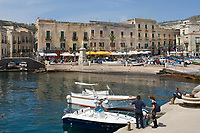 ITA, Italien, Sizilien, Liparischen Inseln, Hauptinsel Lipari: Lipari-Stadt: Restaurants auf der Piazza Ugo S. Onofrio, direkt am Hafen Marina Corta | ITA, Italy, Sicily, Aeolian Islands or Lipari Islands, main island Lipari, Lipari-Town: Restaurants at Piazza Ugo S. Onofrio, at port Marina Corta