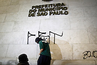 SÃO PAULO,SP,18 JUNHO 2013 - PROTESTO CONTRA AUMENTO TARIFA - Manifestantes pixam predio da  da prefeitura durante protesto contra o aumento da tarifa de ônibus para $3,20em São Paulo na noite desta terça- feira (18).FOTO ALE VIANNA - BRAZIL PHOTO PRESS