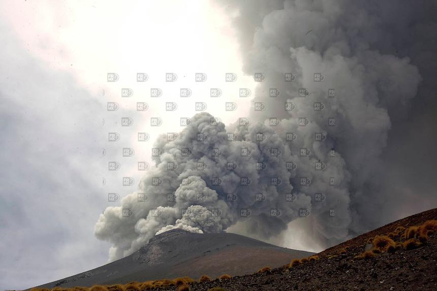 SANTIAGO XALITZINTLA, PUEBLA, mayo 02, 2012 &ndash; El volc&aacute;n Popocat&eacute;petl o &ldquo;Don Goyo&rdquo; sigue con bastante actividad, manifestda por la ca&iacute;da de ceniza en las inmediaciones de los municipios de Ecatzingo, Atlautla, Ozumba y Amecameca, en el Estado de M&eacute;xico. FOTO: ALEJANDRO MEL&Eacute;NDEZ<br /> <br /> SANTIAGO Xalitzintla, PUEBLA, May 2, 2012 - The volcano Popocatepetl or &quot;Don Goyo&quot; continues with a lot of activity, manifestda by falling ash in the vicinity of the towns of Ecatzingo, Atlautla, Ozumba and Amecameca, in the State of Mexico. PHOTO: ALEJANDRO MELENDEZ