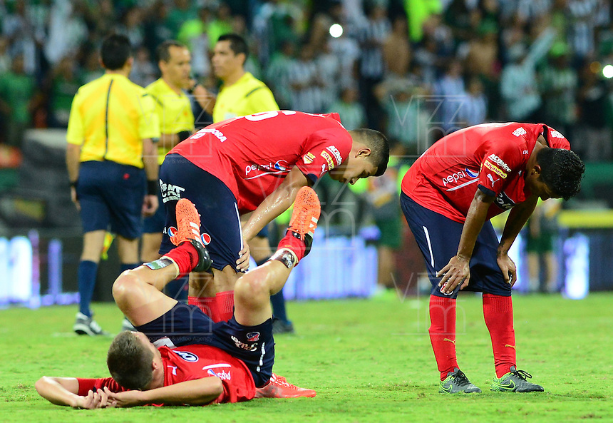 MEDELLÍN -COLOMBIA-13-12-2015: Jugadores de Independiente Medellín muestran su decepción por no llegar a la final de la Liga Aguila II 2015 después del partido de vuelta entre Atletico Nacional e Independiente Medellin por las semifinales de la Liga Aguila II 2015, jugado en el estadio Atanasio Girardot de la ciudad de Medellin. / Players of Independiente Medellin show their disappoinment by don't won their clasification to the final of Aguila League II 2015 after a match for the second leg between Atletico Nacional and Independiente Medellin  for the semifinals of the Liga Aguila II 2015 at the Atanasio Girardot stadium in Medellin city. Photo: VizzorImage/León Monsalve/ Str