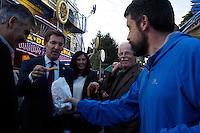 Fecha: 10-10-2014. LUGO.- El presidente de la Xunta de Galicia, visita las fiestas de San Froilan en Lugo. Habla y saluda a la gente, y prueba el pulpo de la feria. Acompañado por Barreiro y otras autoridades. En la imagen un chico le ofrece un churro a Feijoo.