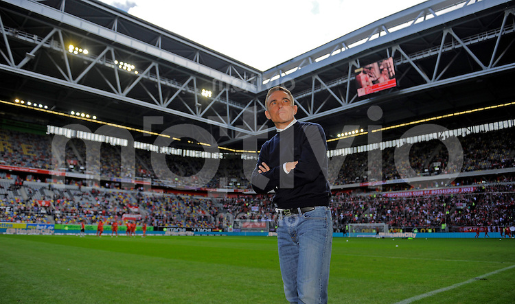 Fussball, 2. Bundesliga, Saison 2013/14, 7. Spieltag, Fortuna Duesseldorf - SG Dynamo Dresden, Sonntag (15.09.13), Duesseldorf, Esprit Arena. Dresdens Trainer Olaf Janssen vor Beginn des Spiels.