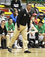 BOGOTA - COLOMBIA: 14-03-2014: Jose Tapias, Tecnico de Las Piratas de Bogota, da instrucciones  los durante partido de la segunda fecha de la Liga Directv Profesional de Baloncesto I en partido jugado en el Coliseo Cayetano Cañizares de la ciudad de Bogota.  / Jose Tapias, coach of Piratas de Bogota, gives instructions to the players, during a match for the second date of  la Liga Directv Profesional de Baloncesto I, game at the Cayetano Cañizares Coliseum in Bogota City. Photo: VizzorImage / Luis Ramirez / Staff.