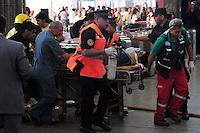 BAS28. BUENOS AIRES (ARGENTINA), 22/02/2012.- Un herido es trasladado en camilla hoy, miércoles 22 de febrero de 2012, tras el accidente de un tren en Buenos Aires (Argentina), que dejó un saldo de 49 muertos, entre ellos un menor, confirmó el vocero de la Policía Federal argentina, Fernando Sostre. En la tragedia, ocurrida en la estación ferroviaria de Once, más de 600 personas resultaron heridas, dijo Alberto Crescenti, del Sistema de Atención Médica de Emergencia (SAME). EFE/Martín Quintana.