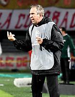 BOGOTÁ - COLOMBIA, 23-10-2018: Gerardo Pelusso, técnico de Deportivo Cali (COL), durante partido de ida entre Independiente Santa Fe (COL) y Deportivo Cali (COL), de los cuartos de final, S1 por la Copa Conmebol Sudamericana 2018, en el estadio Nemesio Camacho El Campin, de la ciudad de Bogotá. / Gerardo Pelusso, coach of Deportivo Cali (COL), during a match of the first leg between Independiente Santa Fe (COL) and Deportivo Cali (COL), of the quarterfinals, S1 for the Conmebol Sudamericana Cup 2018 in the Nemesio Camacho El Campin stadium in Bogota city. Photo: VizzorImage / Luis Ramírez / Staff.