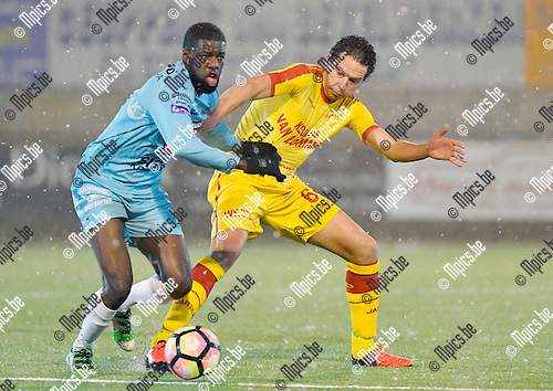 2017-02-11 / voetbal / seizoen 2016 - 2017 / Oosterzonen - Coxyde / een duel om de bal tussen Fred Paulin Salem-Ngabou (l) (Coxyde) en Wim Mennes (r) (Oosterzonen)