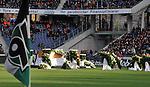 m heutigen Sonntag (15.11.2009) nahmen die Fans und Freunde des am 10.11.2009 verstorbenen Nationaltorwartes Robert Enke ( Hannover 96 ) Abschied. In der groessten Trauerfeier nach Adenauer kamen rund 100.000 Tr&auml;uergaeste zur AWD Arena. Zu den VIP z&auml;hlten u.a. Altkanzler Gerhard Schroeder, Bundestrainer Joachim Loew und die aktuelle DFB Nationalmannschaft, sowie Vertreter der einzelnen Bundesligamannschaften und ehemalige Vereine, in denen er gespielt hat. Der Sarg wurde im Mittelkreis des Stadions aufgebahrt. Trauerreden hielten u.a. MIniterpr&auml;sident Christian Wulff, DFB Pr&auml;sident Theo Zwanziger , Han. Pr&auml;sident Martin Kind <br /> <br /> <br /> Foto:   Der Sarg von Thomas Enke wird im Mittelkreis aufgebaut - / Blick nach rechts die Eckfahne von Hannover 96<br /> <br /> Foto: &copy; nph ( nordphoto )  <br /> <br />  *** Local Caption *** Fotos sind ohne vorherigen schriftliche Zustimmung ausschliesslich f&uuml;r redaktionelle Publikationszwecke zu verwenden.<br /> Auf Anfrage in hoeherer Qualitaet/Aufloesung