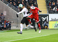 Anthony Ujah (1. FSV Mainz 05) beim Kopfball gegen Simon Falette (Eintracht Frankfurt) - 17.03.2018: Eintracht Frankfurt vs. 1. FSV Mainz 05, Commerzbank Arena