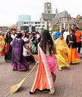 Nederland Rotterdam 2016. Hare Krishna . Ratham Yatra optocht met versierde paradekar door de binnenstad van Rotterdam. De straat voor de wagen wordt schoongeveegd. Foto Berlinda van Dam / Hollandse Hoogte