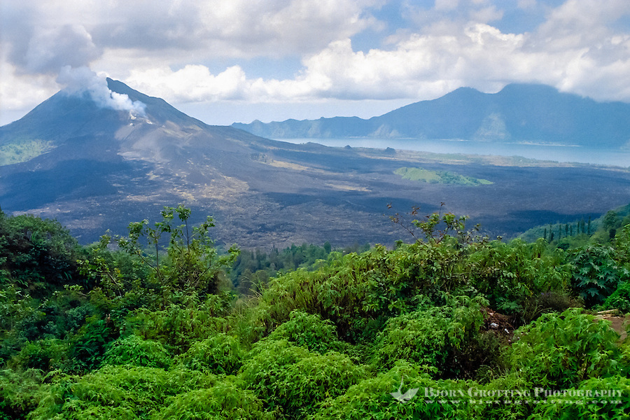 Bali, Bangli, Batur. The crater of the Batur volcano is huge. Located in the center is the newer Batur mountain, with smoke rising from the top. Beneath the mountain is Lake Batur (from Kintamani).