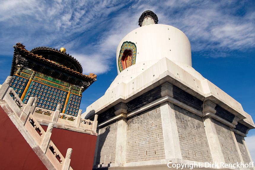 weiße Dagoba auf Insel im Beihai (Nord-See) im Beihai-Park in Peking (Beijing), China