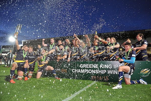 Worcester Warriors celebrate as Mike Williams lifts the Greene King IPA Championship trophy. Greene King IPA Championship Final (second leg), between Worcester Warriors and Bristol Rugby on May 27, 2015 at Sixways Stadium in Worcester, England. Photo by: Patrick Khachfe / Onside Images