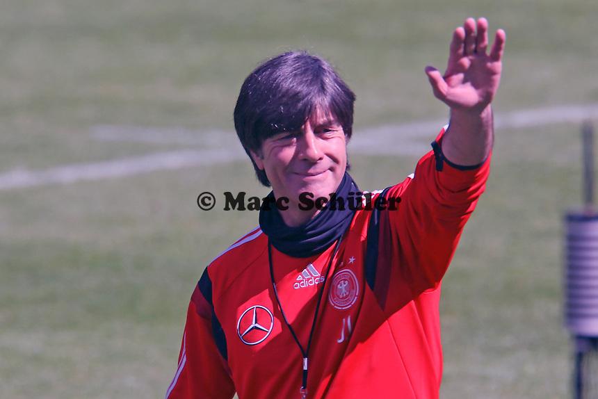 Bundestrainer Joachim Löw begrüßt die Fans beim öffentlichen Training - Abschlusstraining der Deutschen Nationalmannschaft gegen die U20 im Rahmen der WM-Vorbereitung in St. Martin