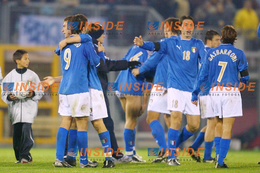 Rieti 19 Novembre 2003 Qualificazioni Campionato Europeo Under 21<br /> Italia Danimarca Under 21 0-0<br /> L'Italia si qualifica, l'andata era finita 1-1.<br /> Abbracci tra i giocatori azzurri a fine partita<br /> Foto Andrea Staccioli Insidefoto