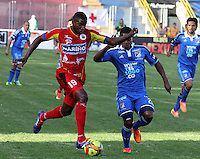 PASTO - COLOMBIA -16-02-2014: Mike Campaz (Izq.) jugador de Deportivo Pasto disputa el balón con Juan Esteban Ortiz (Der.) jugador del Millonarios durante partido de la quinta fecha de la Liga Postobon I 2014, jugado en el estadio Libertad de la ciudad de Pasto. / Mike Campaz (L)  player of Deportivo Pasto fights for the ball with Juan Esteban Ortiz (R) player of Millonarios during a match for the fifth date of the Liga Postobon I 2014 at the Libertad stadium in Pasto city. Photo: VizzorImage  / Leonardo Castro / Str.