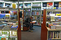 Homem lendo livro na livraria da Fnac. São Paulo. 2007. Foto de Juca Martins.
