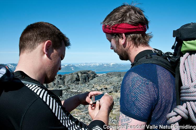 To menn studerer GPS på Seiland. ----- Two men using GPS on Seiland.