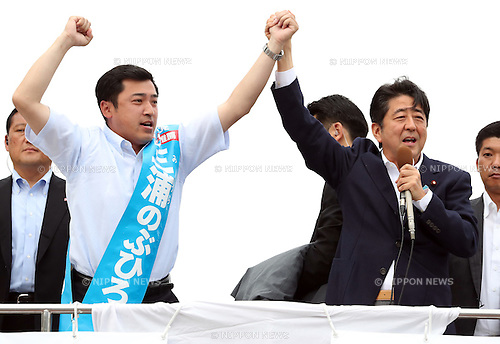 June 27 2016, Yokohama, Japan - Japanese Prime Minister and ruling Liberal Democratic Party (LDP) president Shinzo Abe (R) delivers a campaign speech for the ruling coalition New Komei Party candidate Nobuhiro Miura (L) during the July 10 Upper House election campaign in Yokohama, suburban Tokyo on Monday, June 27, 2016.   (Photo by Yoshio Tsunoda/AFLO) LWX -ytd-
