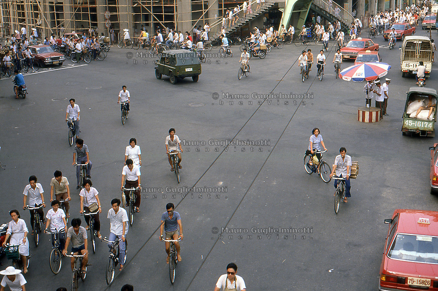 Cina Pechino 1987  traffico urbano di biciclette, crocevia<br /> China 1987 Beijing urban traffic of bicycles , a crossroads