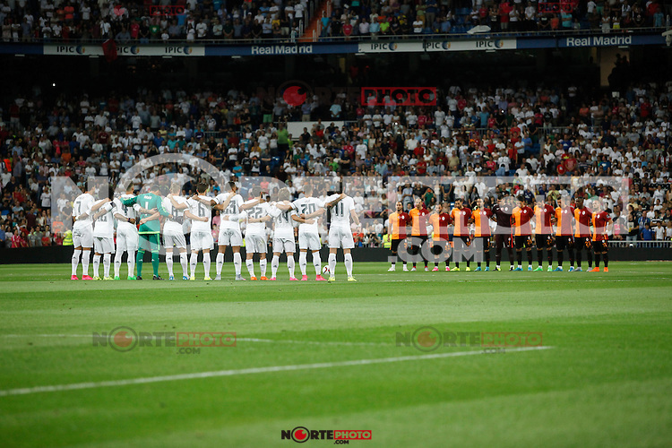 Real Madrid´s players and Galatasaray´s players have a minute of silence during Santiago Bernabeu Trophy match at Santiago Bernabeu stadium in Madrid, Spain. August 18, 2015. (ALTERPHOTOS/Victor Blanco)