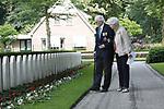 Foto: VidiPhoto<br /> <br /> RHENEN &ndash; Op ereveld de Grebbeberg in Rhenen zijn vrijdagmiddag voor het eerst in de geschiedenis de Nederlandse oorlogsvliegers van de beroemde RAF herdacht. Van het zogenoemde Dutch 320 squadron RAF liggen 25 piloten begraven op de Grebbeberg. Hiermee is een wens in vervulling gekomen van de vorig jaar in de VS overleden staartschutter Edward Hoenson. Hoenson vloog 89 oorlogsmissies en was drager van het Vliegerkruis. Hij overleed op 27 november 2017. Bij de herdenkingsbijeenkomst waren nabestaanden en drie veteranen. Onder andere de 98-jarige Andr&eacute; Hissink, een oud kameraad en strijdmakker van Hoenson, kwam over uit Canada. In totaal zijn 156 Nederlandse vliegeniers gesneuveld in de Tweede Wereldoorlog, van wie er 56 nog als vermist staan geregistreerd. Foto: Hissink wandelt langs zijn gesneuvelde kameraden.