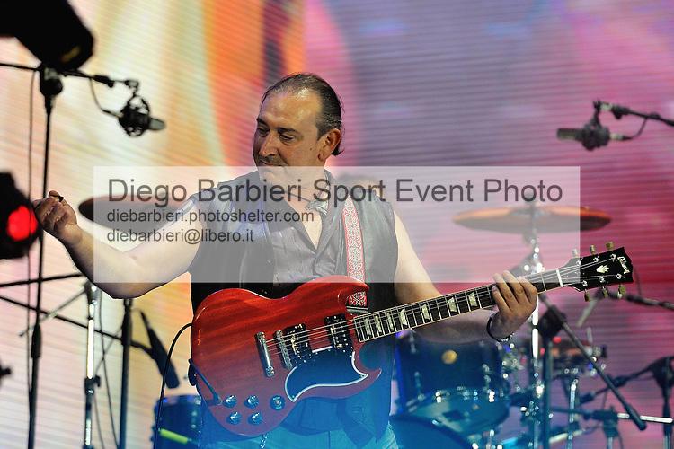 (KIKA) - TORINO, 29/06/2012 - Ghigo Renzulli, chitarrista dei Litfiba si esibisce sul palco degli MTV Days in piazza Castello a Torino, il 29 giugno 2012.