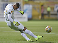 BOGOTÁ -COLOMBIA, 22-08-2015. Cristian Bonilla (Izq) jarquero de La Equidad en acciòn durante partido con Millonarios por la fecha 8 de la Liga Águila II 2015 jugado en el estadio Metropolitano de Techo de la ciudad de Bogotá./ Cristian Bonilla (L) goalkeeper of La Equidad in action during a match against Millonarios for the 8th date of the Aguila League II 2015 played at Metropolitano de Techo stadium in Bogota city. Photo: VizzorImage/ Gabriel Aponte / Staff