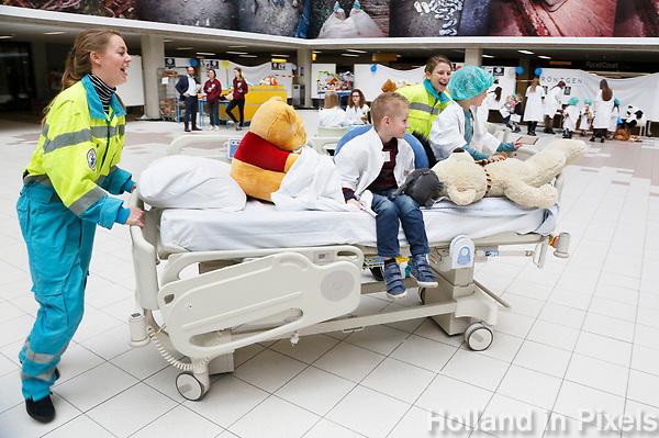 Nederland Amsterdam 2017 . Teddy Bear Hospital in het AMC ziekenhuis. ( Foto mag niet in negatieve context gebruikt worden ). Teddy Bear Hospital (TBH) is één van de grootste projecten van IFMSA-NL. Het TBH is een rollenspel. Dat houdt in dat kleuters van vier t/m zes jaar hun beer of een andere knuffel meenemen naar een nagebootst ziekenhuis. Geneeskundestudenten spelen voor arts en behandelen de knuffels. Het doel van Teddy Bear Hospital is om kinderen op een speelse manier kennis te laten maken met de gezondheidszorg, om zo de angst voor dokters en het ziek-zijn enigszins weg te nemen. Bovendien leert het medische studenten om te gaan met kinderen en trainen ze hun communicatieve vaardigheden. Foto Berlinda van Dam / Hollandse Hoogte